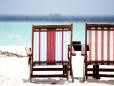 Você e sua companhia podem ocupar essas cadeiras e apreciar o vasto mar adiante.