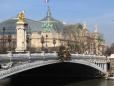 Vista da Ponte Alexandre III com o Grand Palais ao fundo.