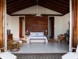 """Bangalôs com 150m2 cada, cama king size, TV de LCD de 32"""" e banheiro com jardim privativo."""